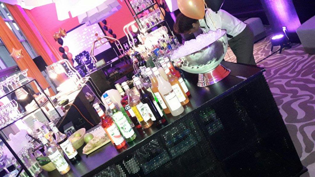 בר קוקטיילים ( service bar )